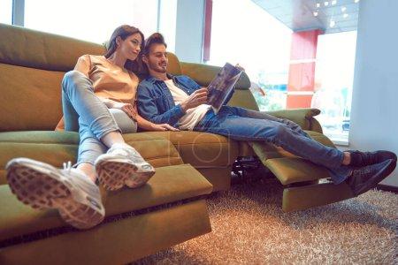 Photo pour De beaux jeunes amoureux passent du temps ensemble à la maison. Joyeux couple. Intérieur de la maison, meubles. - image libre de droit