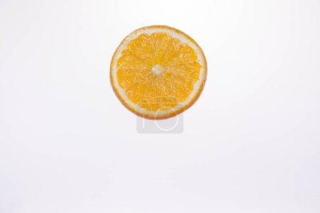 Photo pour Ressource graphique, tranches d'agrumes placé sur une surface translucide et éclairé par le dessous - image libre de droit