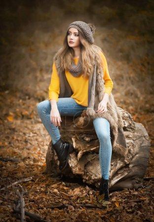 Foto de Feliz moda retrato de una bella mujer caucásica joven con gorra roja y Jersey bufanda y amarillo en otoño parque, tres Amarillo verdes rojo. Concepto de otoño, la estación y la gente. Estilo de vida otoño - Imagen libre de derechos