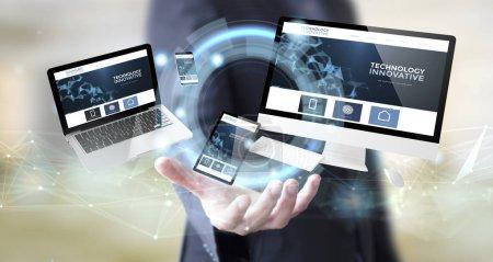 Photo pour Homme d'affaires main avec le site de technologie innovante numérique - image libre de droit