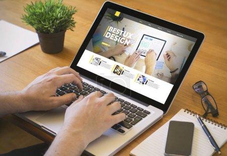 Photo pour Ux design concept. Gros plan sur un homme qui travaille sur un ordinateur portable. tous les graphiques d'écran sont constitués . - image libre de droit