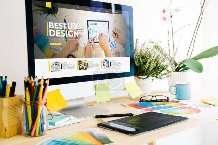Photo pour Studio de design graphique montrant le site web de design ux - image libre de droit