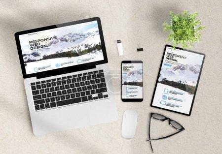 Photo pour Thèmes de design réactif site web sur les périphériques top view bureau en bois rendu 3d - image libre de droit