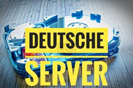 Photo pour Disque dur 3,5 pouces comme stockage de données avec carte mère sur une table en bambou et en allemand Deutsche Server en anglais serveur allemand - image libre de droit