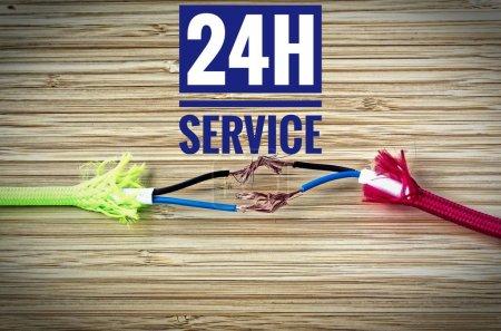 Photo pour Câbles colorés ont été séparés et improvisés réparés avec inscription 24h Service - image libre de droit