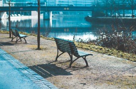 Photo pour Banc de parc sur la Berliner Promenade sur la Sarre en Sarre Sarre Sarre Allemagne Europe en bleu look rétro cool - image libre de droit