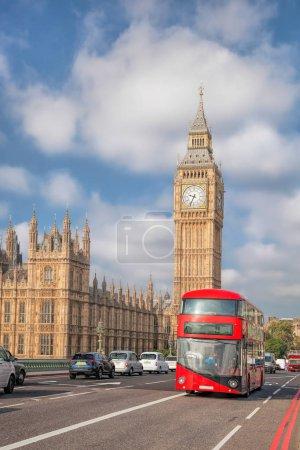 Photo pour Big Ben avec un bus rouge à Londres, Angleterre, RU - image libre de droit