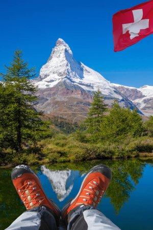 Photo pour PIC Matterhorn avec des bottes dans les Alpes suisses de randonnée. - image libre de droit