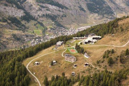 Photo pour Village de Zermatt dans une vallée profonde, Suisse - image libre de droit
