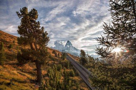 Photo pour PIC Matterhorn avec chemin de fer contre le coucher de soleil dans les Alpes suisses, Suisse - image libre de droit