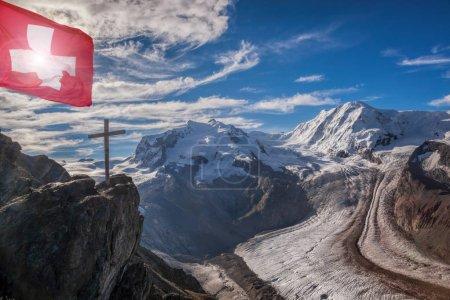 Photo pour Alpes suisses avec des glaciers sur le ciel bleu, la région de Zermatt, Suisse - image libre de droit
