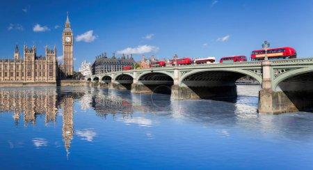 Photo pour Big Ben et les chambres du Parlement avec des bus rouges sur le pont à Londres, Angleterre, Royaume-Uni - image libre de droit