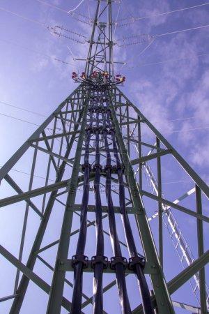 Photo pour Tour électrique d'en bas par temps clair - image libre de droit