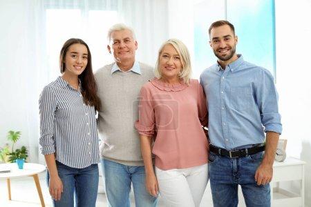 Photo pour Portrait de famille heureuse à la maison. Réunion des générations - image libre de droit