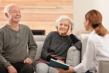 Photo pour Portrait des conjoints âgés dans le salon - image libre de droit