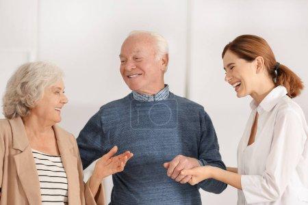 Photo pour Conjoints âgés avec aide familiale féminine dans la chambre - image libre de droit