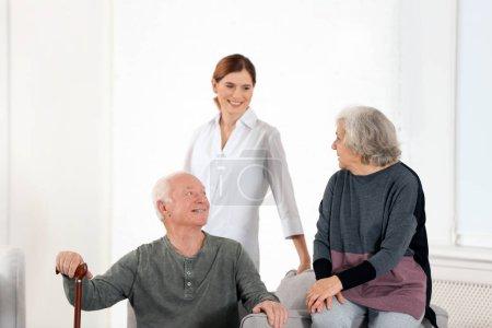 Photo pour Conjoints âgés avec aide familiale féminine dans le salon - image libre de droit