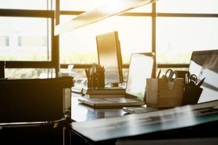 Photo pour Espace de travail, bureau moderne intérieur - image libre de droit