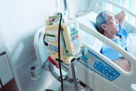 Photo pour Image de pompe à perfusion avec les patients âgés dans le lit d'hôpital, les soins médicaux - image libre de droit