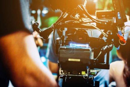 Photo pour Dans les coulisses. caméraman tournage scène de film avec caméra - image libre de droit