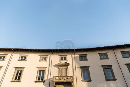 maison de ville ancienne avec un ciel bleu, Pisa, Italie