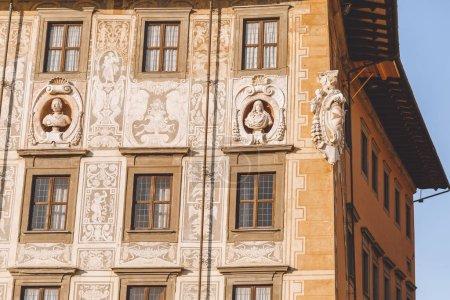gros plan d'une maison ancienne avec des sculptures en vieille ville européenne, Pisa, Italie