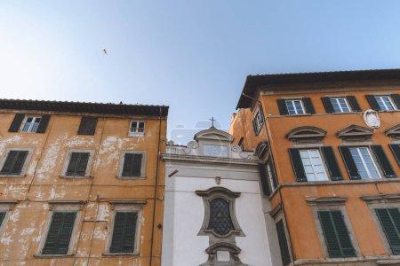 vue de dessous des maisons dans la vieille ville, Pisa, Italie
