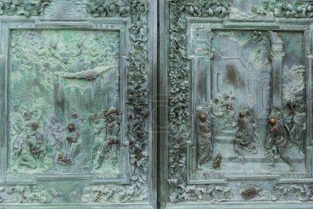 Photo pour Gros plan de métal antique haut relief et ornement sur la porte, Pise, Italie - image libre de droit