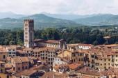vue aérienne des toits de la ville antique et des montagnes, Pisa, Italie