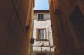 ruelle avec vieux bâtiments historiques dans la ville de Pise, Italie