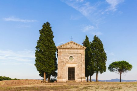 Photo pour Paysage avec église historique et arbres verdoyants, Toscane, Italie - image libre de droit