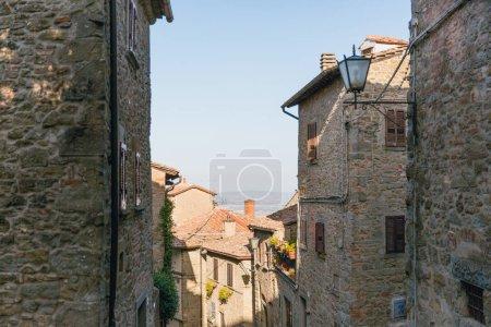 Foto de Escena urbana con arquitectura histórica de la Toscana y cielo azul, Italia - Imagen libre de derechos