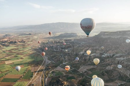 Photo pour Cappadoce, Turquie - 9 mai 2018: belles montgolfières volant au-dessus majestueux goreme national park, Cappadoce, Turquie - image libre de droit