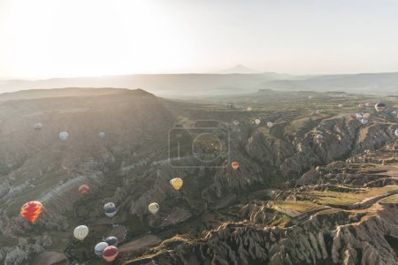 Photo pour Cappadoce, Turquie - 9 mai 2018: divers coloré montgolfières volant au-dessus de goreme national park, Cappadoce, Turquie - image libre de droit