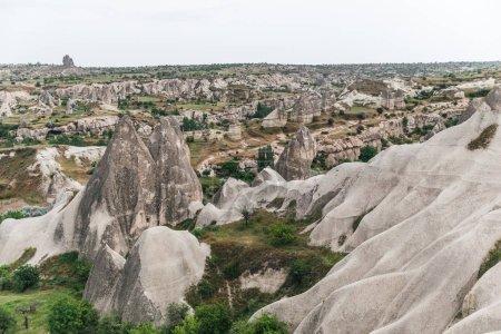 Photo pour Vue aérienne du majestueux paysage avec rochers célèbres à goreme national park, Cappadoce, Turquie - image libre de droit