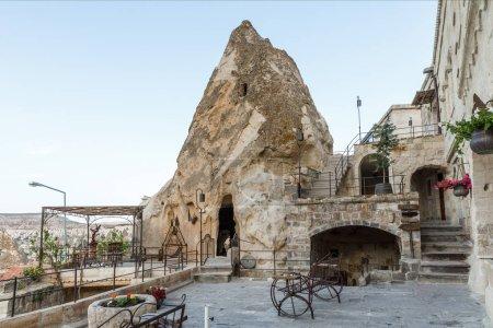 Photo pour Entrée à la grotte de roche bizarre et belle architecture, Cappadoce, Turquie - image libre de droit
