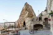 """Постер, картина, фотообои """"Вход в пещеру в причудливые скалы и красивой архитектурой, Каппадокии, Турция"""""""