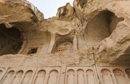 Photo pour Vue faible angle de grotte église de goreme national park, Cappadoce, Turquie - image libre de droit