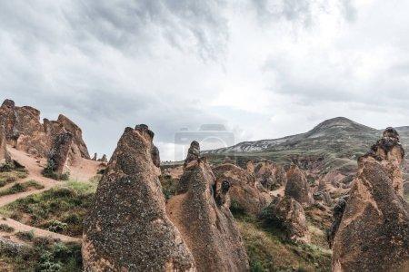 Photo pour Les formations géologiques majestueuses et ciel nuageux en Cappadoce, Turquie - image libre de droit