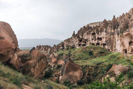 Photo pour Vue majestueuse sur les grottes pittoresques et les formations rocheuses bizarres dans la célèbre cappadoce, dinde - image libre de droit