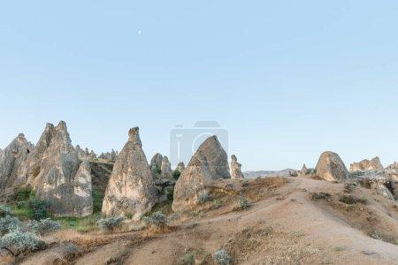 Photo pour Beau paysage avec d'étranges formations rocheuses en Cappadoce, Turquie - image libre de droit