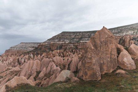 Photo pour Beau paysage avec d'étranges formations rocheuses dans la célèbre Cappadoce, Turquie - image libre de droit