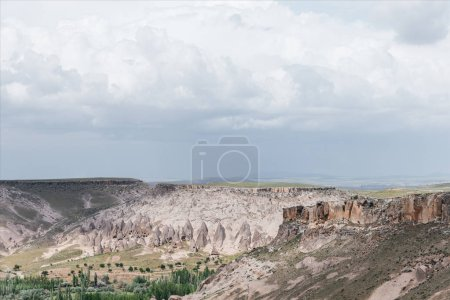 Photo pour Paysage majestueux avec d'étranges formations rocheuses à goreme national park, Cappadoce, Turquie - image libre de droit