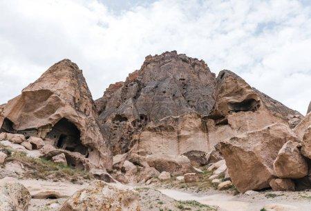 Photo pour Formations rocheuses majestueuses et grottes en calcaire à la célèbre cappadoce, dinde - image libre de droit