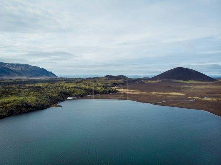 Photo pour Vue aérienne de la superbe côte avec claire eau et montagnes en arrière-plan, snaefellsnes, Islande - image libre de droit