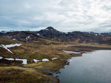 Photo pour Vue aérienne du magnifique bord de mer et montagne avec neige, snaefellsnes, Islande - image libre de droit