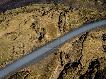 Photo pour Vue aérienne du chemin vide entre les champs bruns, snaefellsnes, Islande - image libre de droit