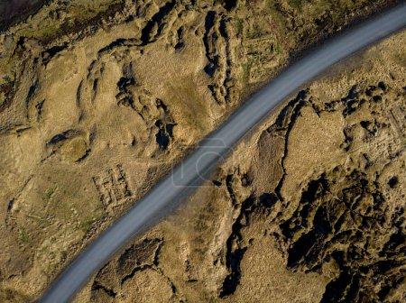 Photo pour Vue aérienne du chemin vide entre beaux champs bruns, snaefellsnes, Islande - image libre de droit