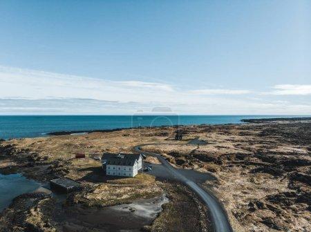 Photo pour Vue aérienne des maisons et des routes sur la magnifique côte, snaefellsnes, Islande - image libre de droit