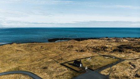 Photo pour Vue aérienne de l'église de Budir noire sur la côte près de la mer belle, snaefellsnes, Islande - image libre de droit